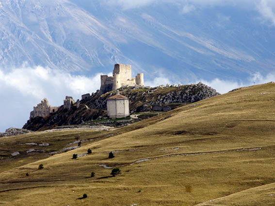 Veduta della Rocca di Calascio (XV secolo) e della chiesa di S. Maria della Pietà (XVII secolo), Rocca Calascio (AQ).